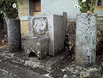 古くなったお墓は特に汚れがひどく、落ちにくくなっています。